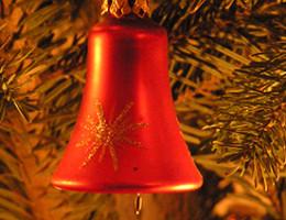 Rote Weihnachtsglocke am Tannenbaum