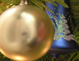 Christbaumkugel am Tannenbaum an Weihnachten | Foto: Martin Krauß