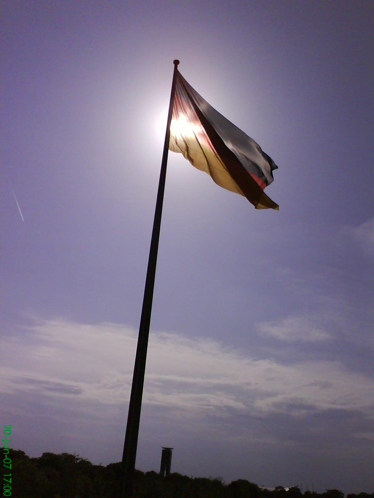 Deutschland-Fahne vor dem Bundestag in Berlin