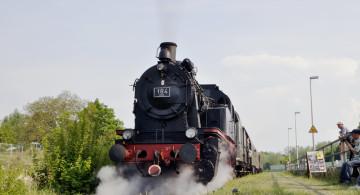 Dampflok fährt in den Museumsbahnhof Rosenhoehe ein