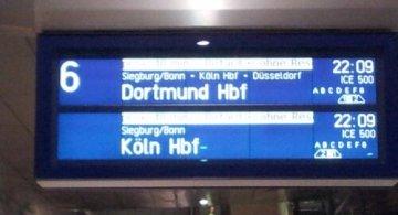 Eine Anzeigetafel der Deutschen Bahn am Flughafenfernbahnhof Frankfurt am Main   Foto: Martin Krauß