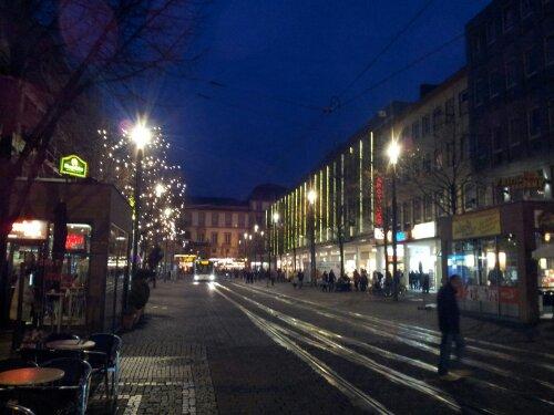 Vorweihnachtliche Rheinstraße in Darmstadt, Richtung Schloss. | Foto: Martin Krauß