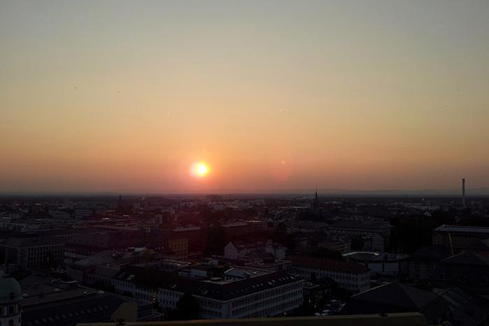 Blick vom Riesenrad über die Dächer Darmstadts bei Sonnenuntergang