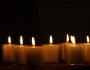 Der Schein einer Kerze ist wie eine Umarmung an dunklen Tagen. Foto: Martin Krauß