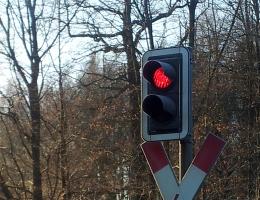 Andreaskreuz und Bahnübergangsleuchte auf rot