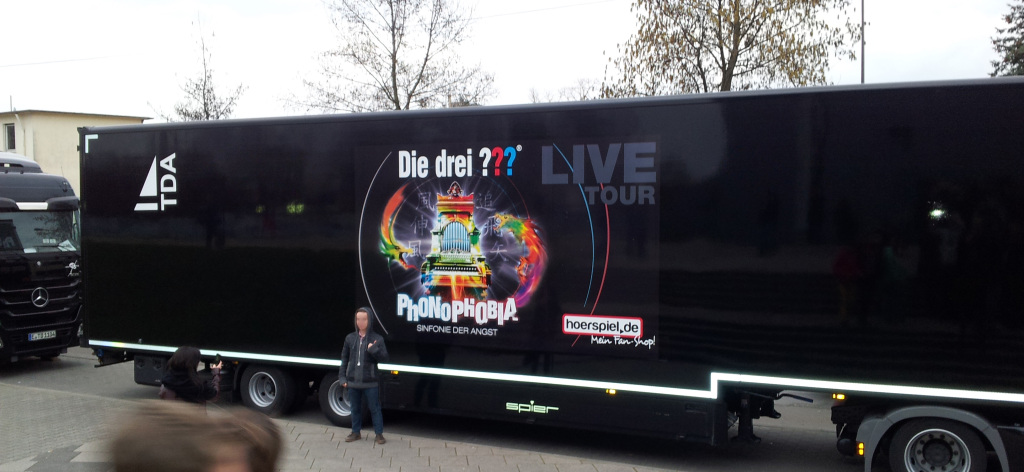 Lkw der Drei ??? Live-Tour 2014 vor der Fraport-Arena in Frankfurt (15.03.2014) Foto: Martin Krauß